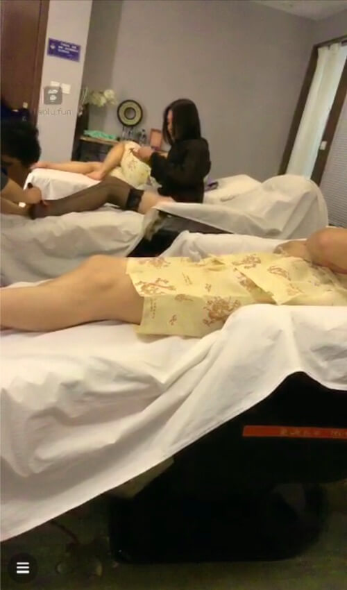 Exclusive super clear, come to the pedicure shop to tune the dog in front of the technician