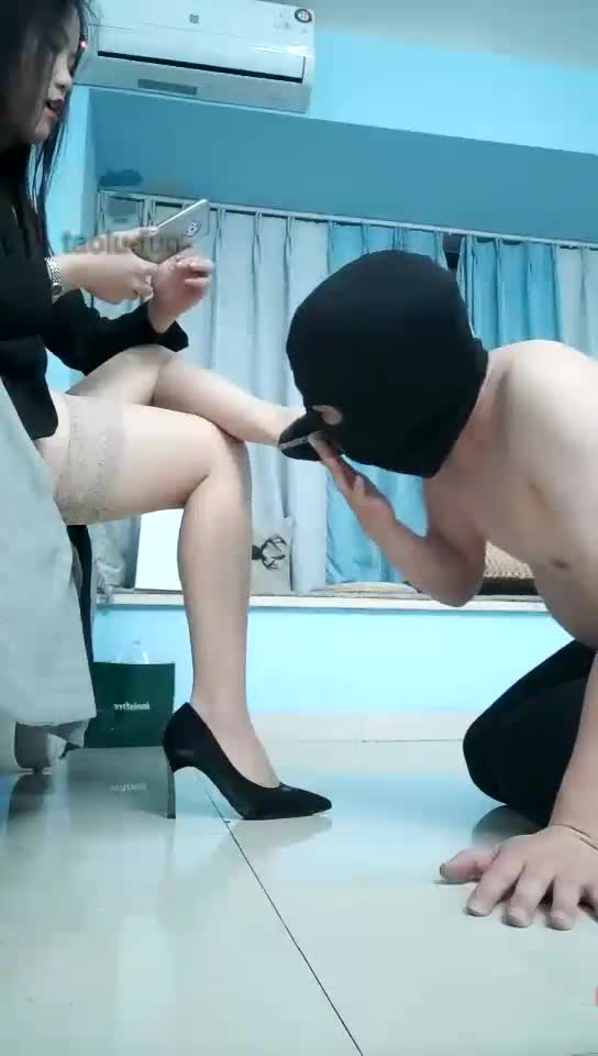 Licking the soles of high heels and licking the soles of shredded pork feet and whipping and slapped