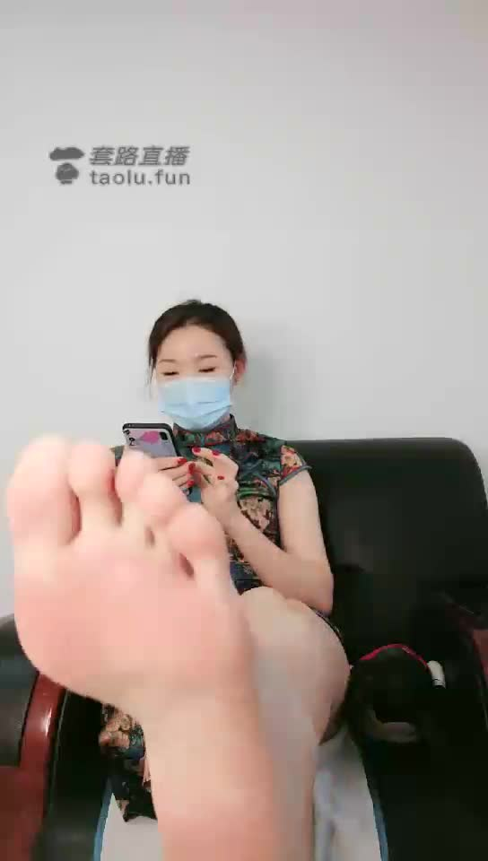 First perspective, cheongsam temptation, saliva, squeeze dry, silk feet, bare feet, hip drill
