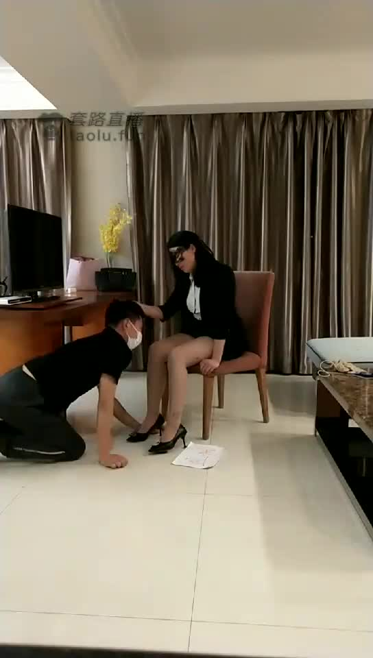 The male boss licked his feet and knocked his head, kneeling down and begging the female subordinates not to reveal his secret