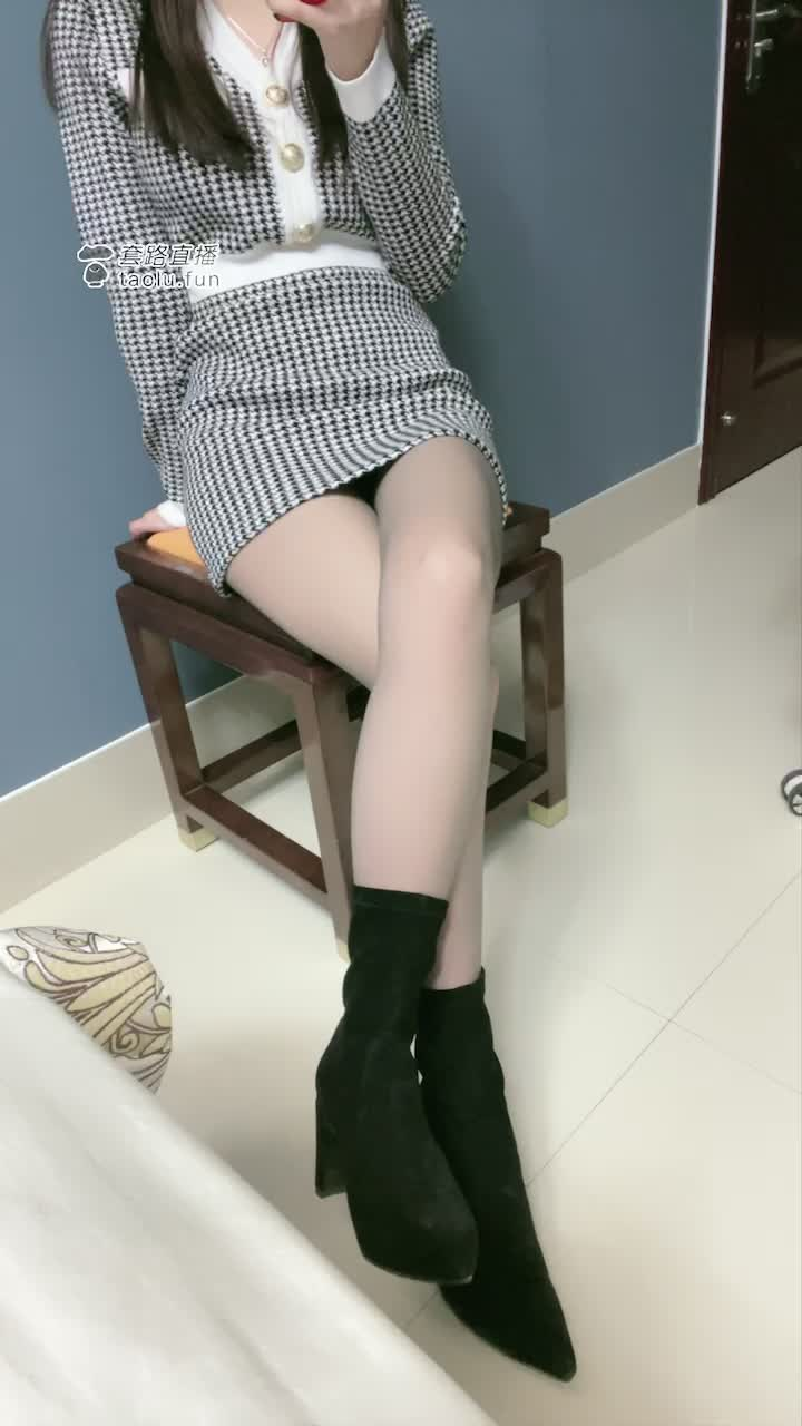 Short boots and high heels, gray silk, humiliate you and your girlfriend, be my dog together