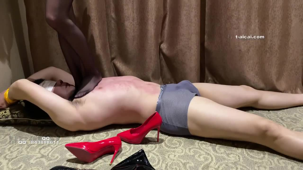 The heels are broken, and the goddess two pairs of black silk high heels are severely trampled
