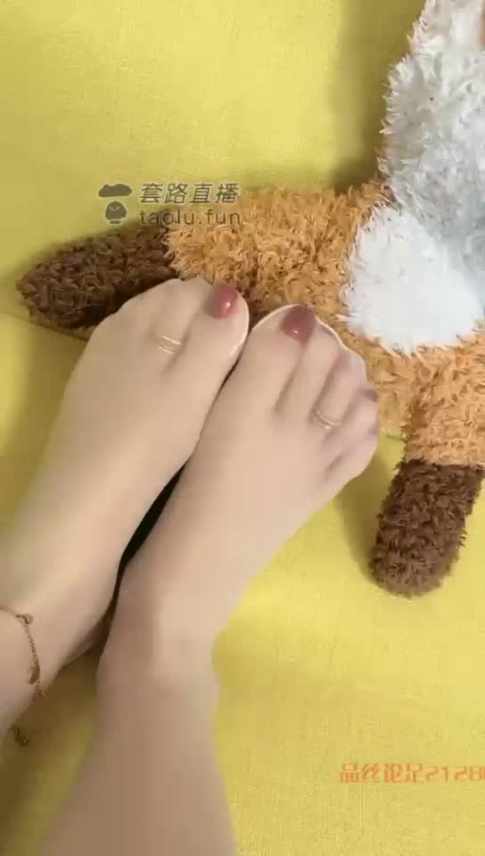 The long-lost Bai Si plays with the little bear