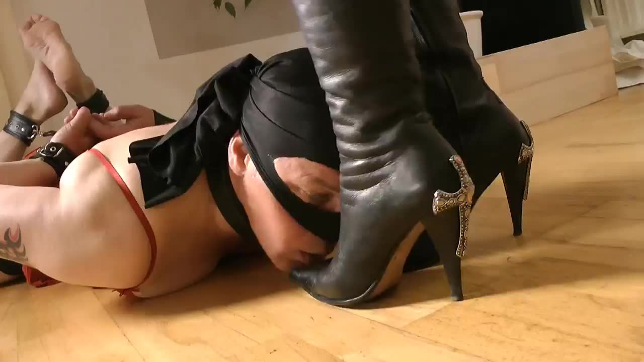 Layla girlfriends boots play with men, with subtitles, really beautiful and domineering