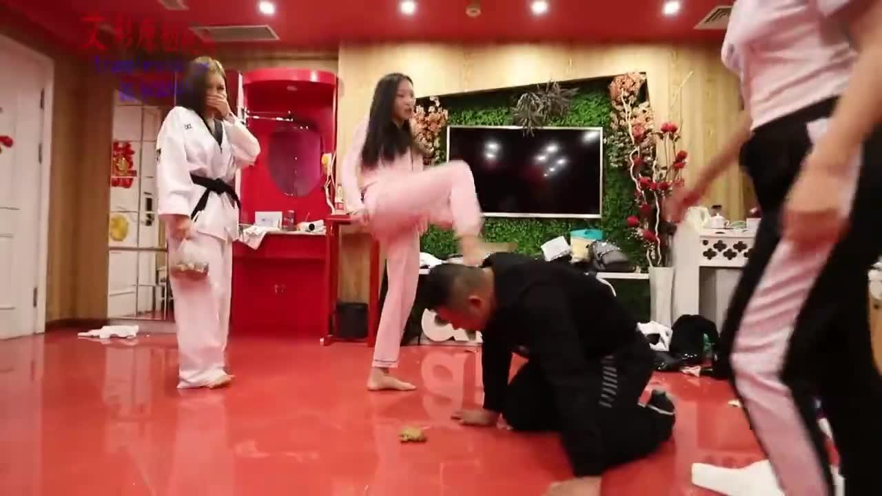 Kick and beat a fat man with black ice, small waist, taekwondo suit
