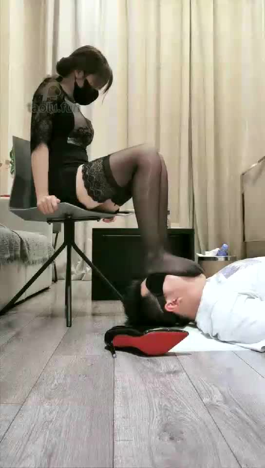The original sound of Lan Yu sister, black silk playing with dogs