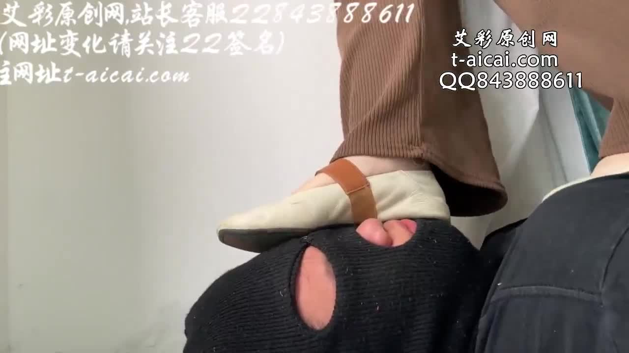 Flat-bottomed white shoes, full body weight, step on the face and one foot, bare feet and bare feet, lick the soles