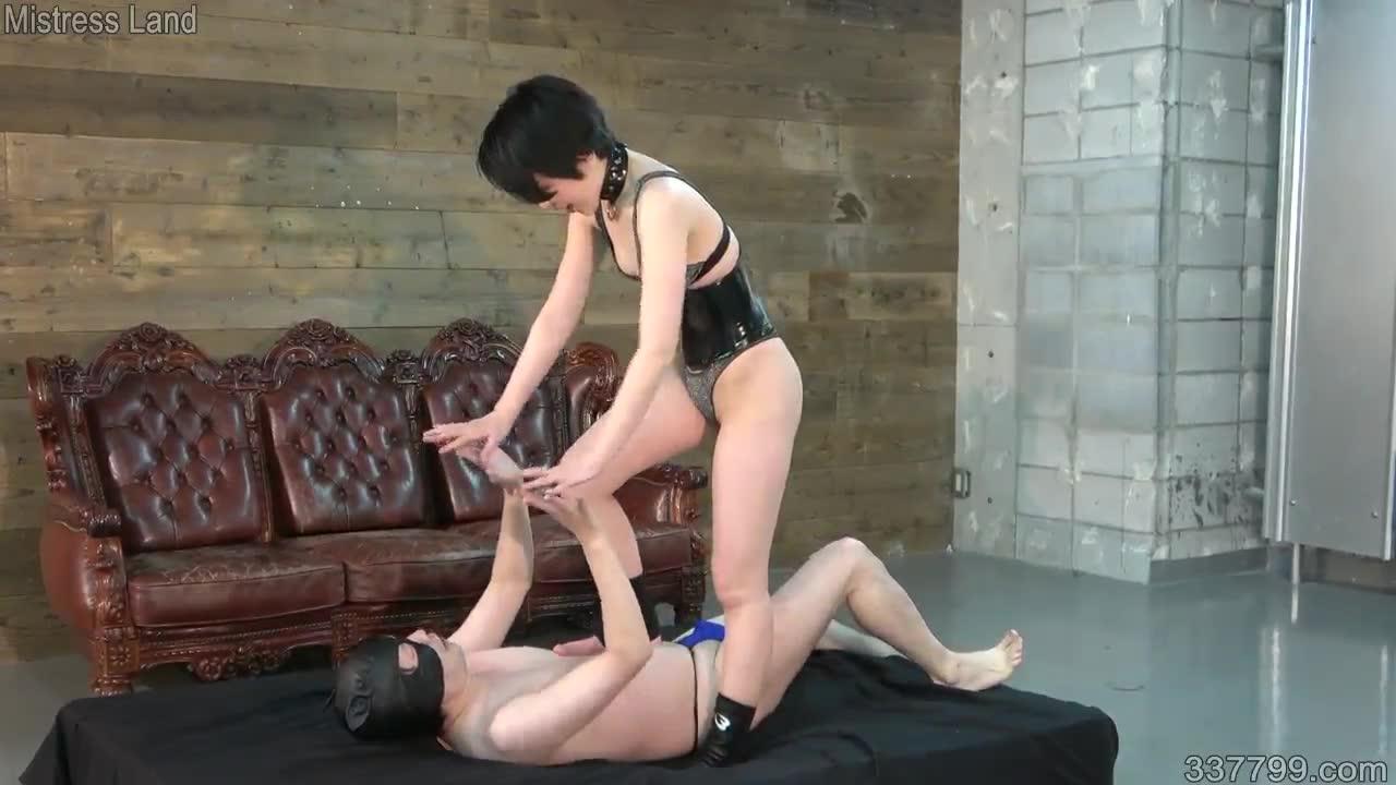 The Queen's Slave, 33779_01