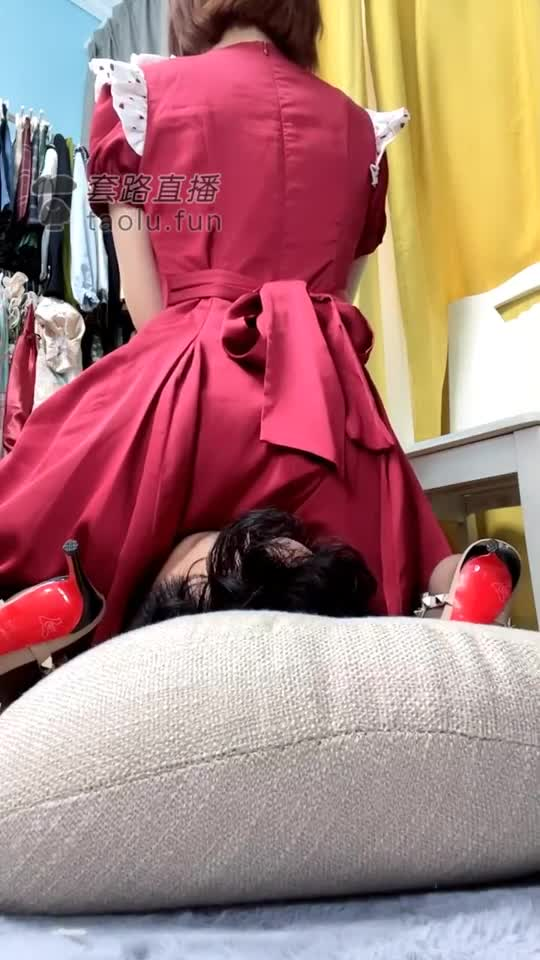 The cheap dog asks for a long skirt and stockings, sits on his face