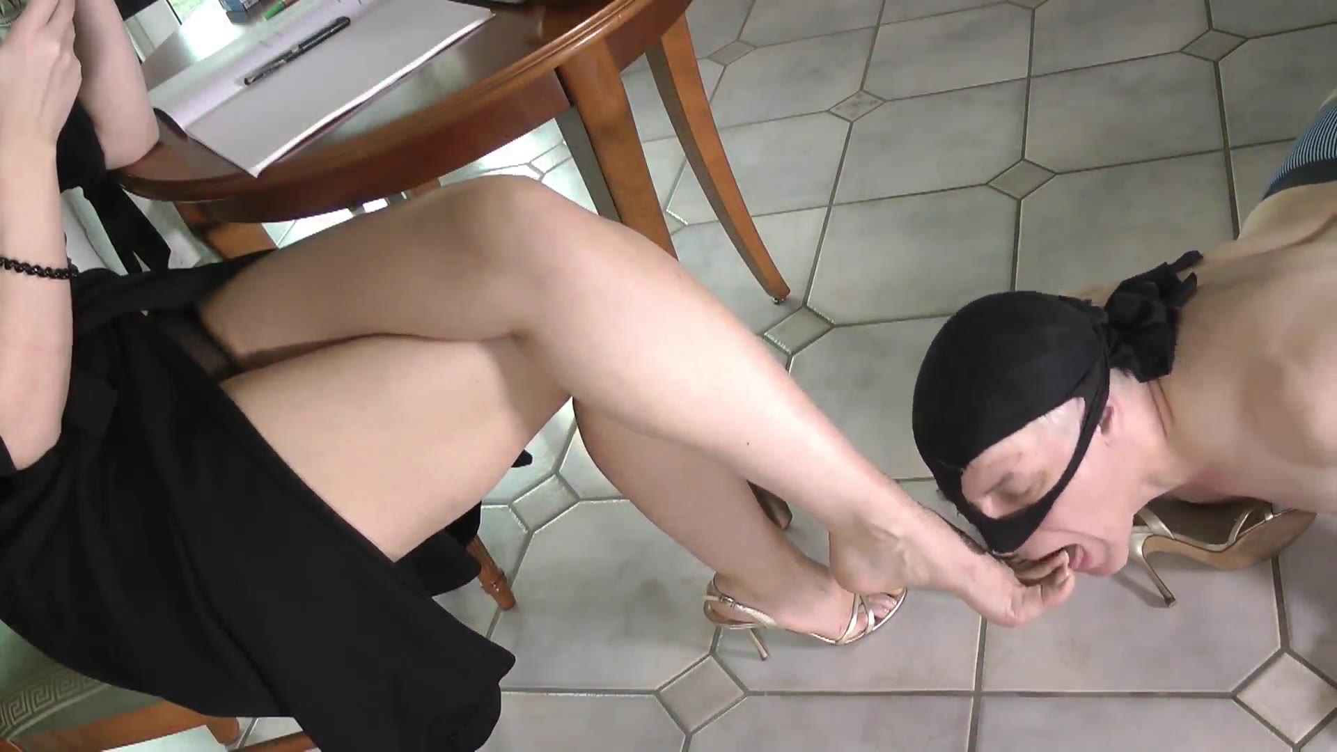Beautiful feet and beautiful shoes play with men, and beautiful feet keep coming and going in and out of men's mouths