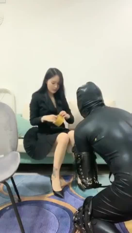 Sister Yu punishes disobedient dog with electric shock